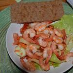 Zeleninový salát s garnelami a celozrnným knackerbrotem